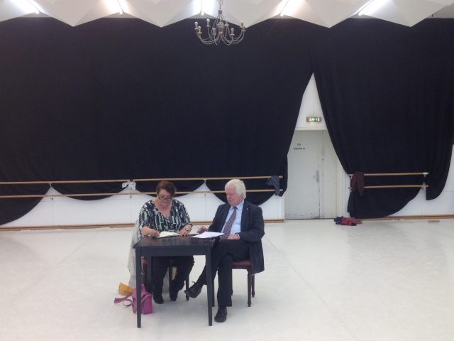 Jahreshauptversammlung im Ballettsaal der Kieler Oper -  1. Vorsitzender Hans-Werner Tovar und Schriftführerin Ute Kohrs